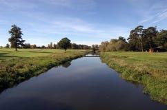 Fluss auf Golfplatz Stockfotos