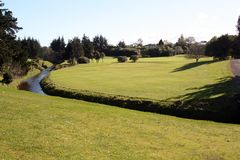 Fluss auf Golfplatz Lizenzfreie Stockbilder