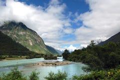 Fluss auf Tibet-Hochebene stockbild