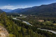 Fluss Azul, das in ein Tal fließt Lizenzfreie Stockfotos