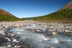 Fluss, Berge und Holz. Lizenzfreie Stockfotos