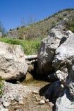 Fluss-Bett und Fluss-Steine stockfotos