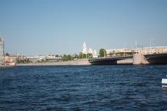 Fluss, Brücke und Kirchenansicht stockfotos