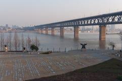 Fluss-Brücke Wuhan-Yangtze stockbild
