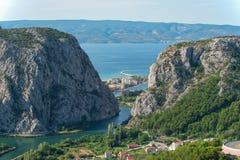Fluss Cetina mit der Stadt von Omis Lizenzfreies Stockfoto