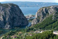 Fluss Cetine mit der Stadt von Omis Lizenzfreie Stockbilder