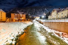 Fluss in den Alpen während des Winters Stockfoto