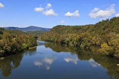 Fluss in den Bergen Lizenzfreies Stockfoto