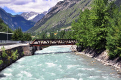 Fluss in den Bergen Lizenzfreie Stockbilder