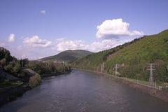 Fluss an den Bergen Stockfotografie