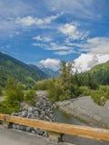 Fluss in den felsigen Bergen Stockfotografie