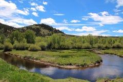 Fluss in den Hügeln Stockfotos
