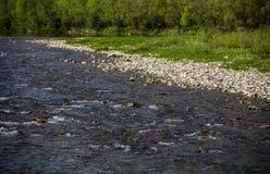 Fluss an den Karpatenbergen Stockfotos