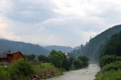 Fluss in den Karpatenbergen Lizenzfreie Stockfotos