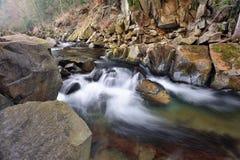 Fluss in den Karpatenbergen Lizenzfreies Stockbild