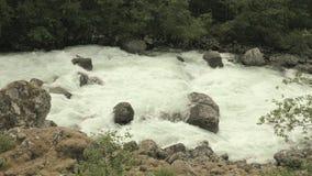 Fluss in den norwegischen Bergen stock video footage
