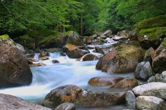 Fluss in den Pyrenees stockbilder