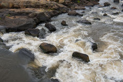 Fluss, der über Felsen durch den Nationalpark Kruger fließt Stockfotos