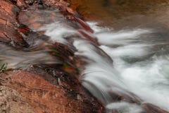 Fluss, der über Felsen fließt Lizenzfreies Stockbild