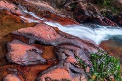 Fluss, der über Felsen fließt Lizenzfreies Stockfoto