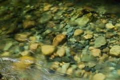 Fluss, der über Steine fließt Stockfotos