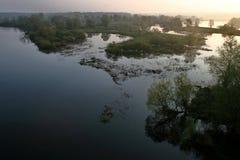 Fluss an der Dämmerung Lizenzfreies Stockfoto