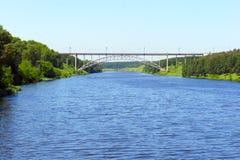 Fluss, der in die Hügel läuft Lizenzfreie Stockbilder