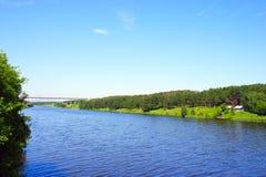 Fluss, der in die Hügel läuft lizenzfreie stockfotografie