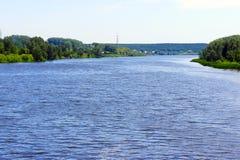 Fluss, der in die Hügel läuft lizenzfreie stockfotos