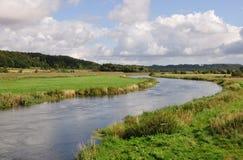 Fluss, der durch ein Tal läuft Stockbild