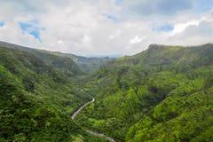 Fluss, der durch grüne Landschaft, Küste Na Pali, Kauai, Hawaii sich schlängelt lizenzfreie stockfotografie