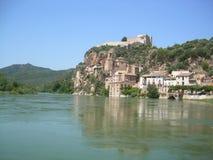 Fluss der Ebro, wie er durch die Stadt von Miravet, Tarragona ?berschreitet stockfotografie