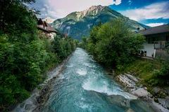 Fluss, der eine Gebirgskleinstadt durchfließt stockfotografie
