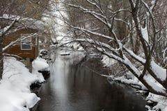 Fluss an der grauen Klippe Lizenzfreies Stockfoto