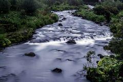 Fluss in der Hauptstadt Reykjavik stockbild