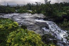 Fluss in der Hauptstadt Reykjavik lizenzfreies stockbild
