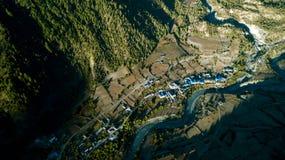 Fluss in der Himalajastrecke Nepal von der Luftansicht vom Brummen Stockfotografie