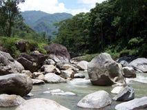 Fluss, der innerhalb der sehr großen Felsen fließt Lizenzfreies Stockbild