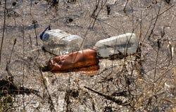 Fluss, der mit verschiedenem Abfall und Abfall verunreinigt wird, verunreinigte Flüsse, Fotografie Stockbilder