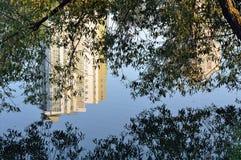 Fluss in der Stadt Stockfoto