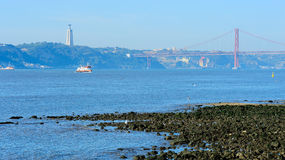 Fluss der Tajo und der 25. von April Bridge, Lissabon, Portugal Lizenzfreie Stockfotografie