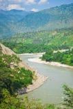 Fluss in der tibetanischen Landschaft Lizenzfreie Stockfotos
