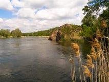 Fluss, der unter den Felsen fließt Stockfoto
