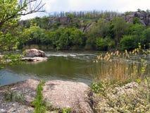 Fluss, der unter den Felsen fließt Lizenzfreies Stockbild
