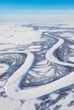 Fluss in der Wintertundra von oben Stockbilder