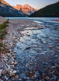 Fluss, der zu Waterton See führt Lizenzfreies Stockfoto