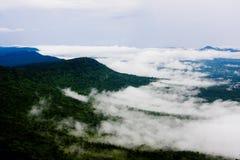 Fluss des Nebels überschreiten durch das Tal Lizenzfreies Stockfoto