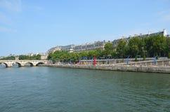Fluss die Seine Paris mit rotem Eiffelturm Stockfotografie