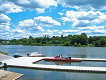 Fluss-Dock am Sommer Lizenzfreie Stockfotos