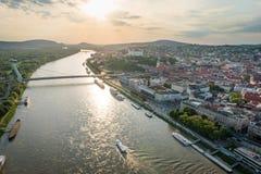 Fluss Donau in Bratislava-Mitte bei Sonnenuntergang, Slowakei lizenzfreie stockfotos